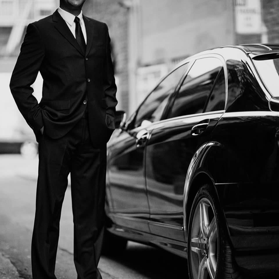 вокруг фото мужчина в костюме возле машины честь
